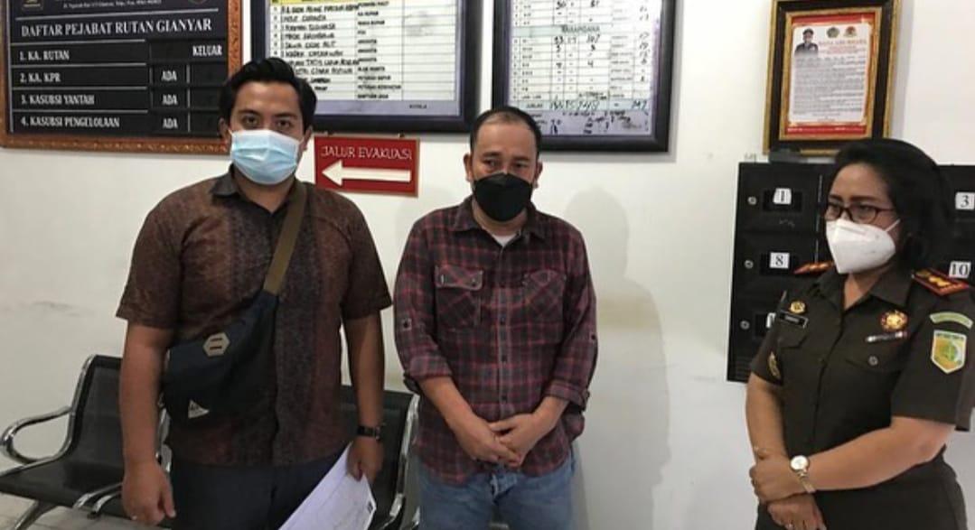 Senin, 11 Januari 2021 Tim TABUR (Tangkap Buron) Kejaksaan Agung RI, Kejati Bali dan Kejaksaan Negeri Gianyar telah melakukan penangkapan terhadap Terpidana a.n. Asral bin H. Muhamamad Sholeh di Perumahan Citra Indah, Kota Batam, Kep. Riau yang merupakan Daftar Pencarian Orang (DPO) asal Kejaksaan Tinggi (Kejati) Bali. Berdasarkan Putusan Mahkamah Agung RI Nomor : 555K/Pid/2020 tanggal 30 Juni 2020 Terpidana terbukti melanggar Pasal 263 Ayat (1) KUHP dan dijatuhi hukuman pidana penjara selama 4 (empat) tahun 6 (enam) bulan.