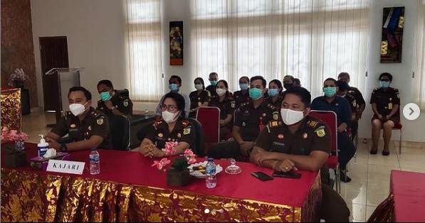 Kepala Kejaksaan Negeri Gianyar Ibu Ni Wayan Sinaryati, SH., MH. beserta jajaran mengikuti kegiatan Webinar Peringatan Hari Pahlawan Tahun 2020, melalui sarana Zoom meeting.