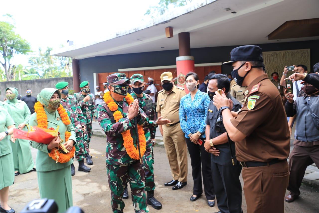 Selasa, 30 Juni 2020 bertempat di Subak Gelulung, Desa Sidan, Kecamatan Gianyar, Kabupaten Gianyar, Kepala Kejaksaan Negeri Gianyar menghadiri Kunjungan Kerja Pangdam IX Udayana.