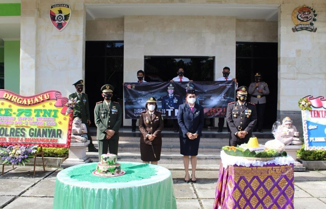 Senin,5 Oktober 2020 , bertempat di Aula Kodim 1616 Gianyar, Kepala Kejaksaan Negeri Gianyar Ibu Ni Wayan Sinaryati, SH., MH. menghadiri Upacara Secara Virtual dalam rangka Hut TNI ke 75 tahun 2020.