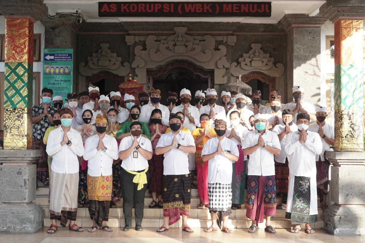 Kejaksaan Negeri Gianyar melaksanakan Apel Kerja Dengan Menggunakan Pakaian Adat Bali yang diikuti oleh seluruh Pegawai Kejaksaan Negeri Gianyar baik Jaksa, Honorer, Security, dan CS.