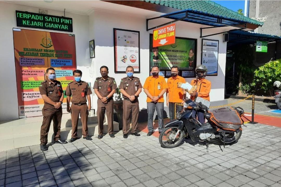 Kepala Kejaksaan Negeri Gianyar melaksanakan Penandatanganan Perjanjian Kerjasama dengan PT. Indonesia (Persero) Kabupaten Gianyar terkait peningkatan Program Pelayanan Antar Barang Bukti Tilang